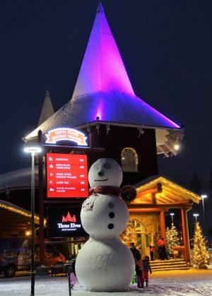 Bonhomme de neige dans le Village du Père Noël à Rovaniemi, Finlande