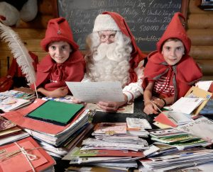 Cartas para Papá Noel en la oficina central de correos de Santa Claus en Rovaniemi en Laponia en Finlandia