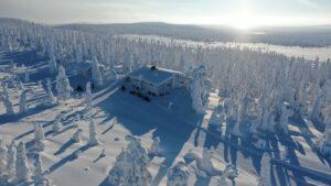Motoneiges au Mont Ruuhitunturi à Salla durant l'hiver polaire en Laponie