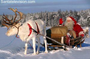 Der Weihnachtsmann macht eine Rentierschlittenfahrt in Lappland, Finnland.