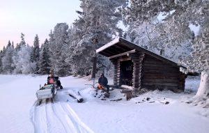 L'hiver au lac Miekojärvi à Pello en Laponie Finlandaise