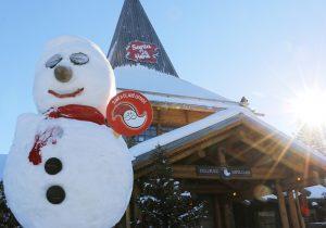 Lumiukko Joulupukin pajakylässä Joulupukin kammarin edessä