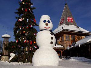 Lumiukko napapiirillä Joulupukin pajakylässä kevättalvella