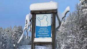 Panneau du cercle polaire arctique à Salla en Laponie, Finlande