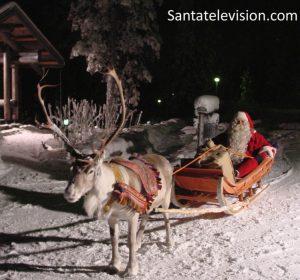 Papá Noel repartiendo los regalos en sus renos la Noche de Navidad