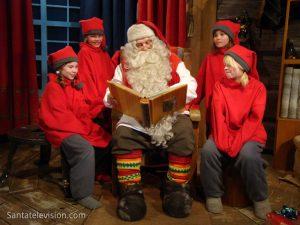 Le Père Noël et les lutins dans son Bureau de Père Noël à Rovaniemi en Laponie