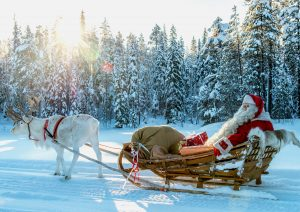 Babbo Natale in escursione con una renna nel Villaggio di Babbo Natale in Lapponia