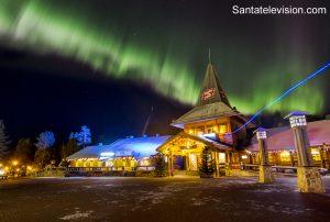 Revontulet Rovaniemellä Joulupukin pajakylän yllä