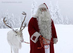 Der Weihnachtsmann und eines seiner Rentiere im Wald in Lappland, Finnland