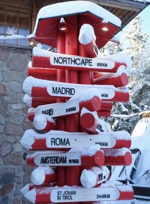 Wegweiser im Weihnachtsmanndorf in Rovaniemi, Lappland