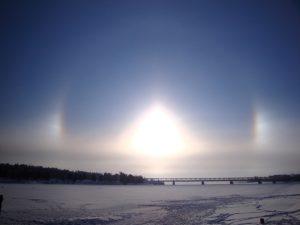Phénomène de halo dans le centrede Rovaniemi en Laponie finlandaise