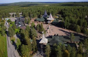 El Pueblo de Papá Noel Santa Claus en Rovaniemi en la Laponia finlandesa en verano por aire