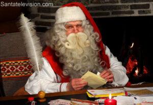 Papá Noel leyendo cartas en la oficina de correos de Santa Claus en Rovaniemi, Laponia