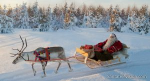 Papá Noel Santa Claus dando un paseo en reno en Navidad en Laponia, Finlandia