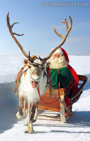 Papá Noel y uno de sus renos en la Laponia finlandesa