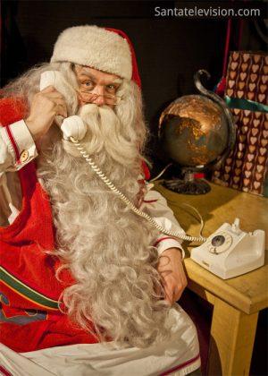 Papá Noel en Finlandia ocupado antes de Navidad