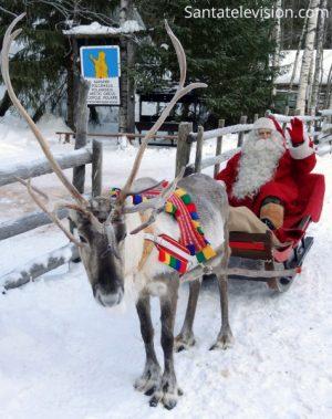 Papá Noel, su reno y el signo del Círculo Ártico polar en Laponia, Finlandia