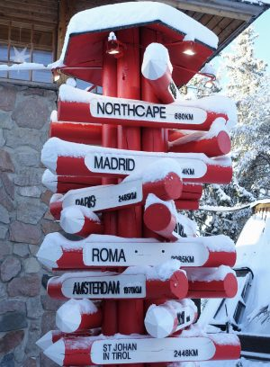 Un poste indicador en el Pueblo de Papá Noel en Rovaniemi, Laponia