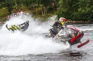Course de motoneige sur l'eau (watercross) à Ivalo en Laponie en Finlande