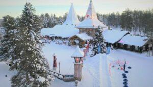 Le Village du Père Noël et la ligne du cercle arctique en hiver à Rovaniemi, Laponie Finlande
