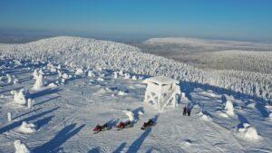 Le centre de Kemijärvi vu du ciel en hiver en Laponie finlandaise