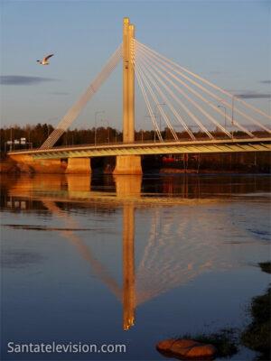 """Jätkänkynttiläsilta (""""Le pont des Bougies du Bûcheron"""") sous le soleil de minuit à Rovaniemi en Laponie finlandaise"""