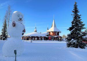 La Maison du Père Noël et un bonhomme de neige à Rovaniemi en Laponie finlandaise