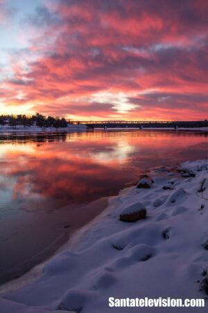 Le coucher de soleil à Rovaniemi en Laponie finlandaise au début de l'hiver