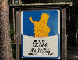 Le panneau du cercle polaire arctique à Ylitornio en Laponie, Finlande