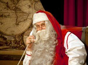 Le Père Noël appelle ses lutins avant Noël dans son bureau en Laponie