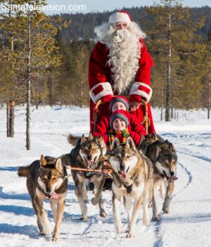 Le Père Noël et les huskys à Rovaniemi en Laponie finlandaise