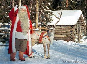 Le Père Noël et un de ses rennes préférés en Laponie finlandaise