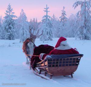 Le Père Noël avec son traîneau et son renne en Laponie, Finlande