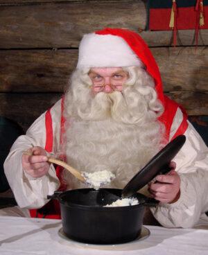 Le Père Noël mange un porridge finlandais typique de Noël