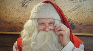 Le Père Noël sourit à la caméra dans son Bureau