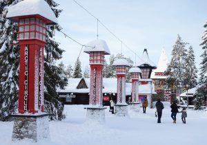 Ligne du cercle polaire arctique dans le Village du Père Noël à Rovaniemi, Finlande