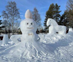 Statues de glace près de la rivière Kemijoki à Rovaniemi en Laponie en Finlande
