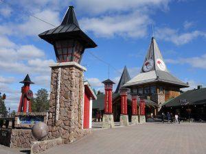Village du Père Noël et cercle polaire arctique en été à Rovaniemi en Laponie finlandaise