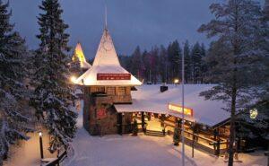 Das Postamt des Weihnachtsmann` im Weihnachtsmanndorf in Rovaniemi in Finnland