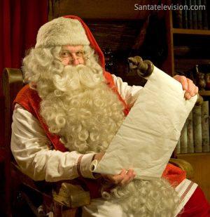 Der Weihnachtsmann liest die Liste der Kinder in Lappland (Finnland)