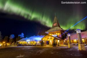Weihnachtsmanndorf in Rovaniemi, Finnland, im Oktober unter den Polarlichtern